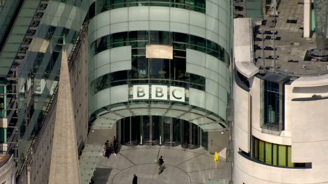 vidéos et rushes de aerial shots of bbc headquarters, bbc broadcasting house in london. shot in autumn. bbc headquarters broadcasting house aerials on september 10, 2013... - bbc