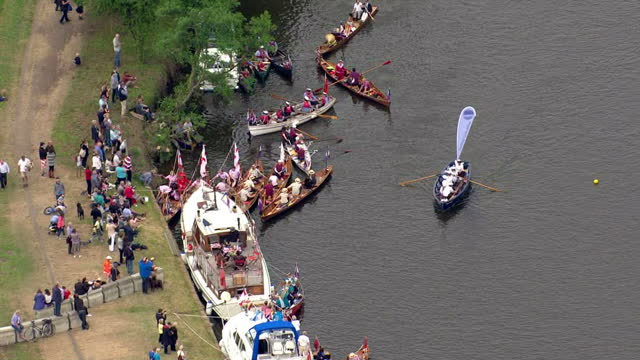 vídeos de stock e filmes b-roll de aerial shots of boats and crowds along the river thames near runnymede during a flotilla and pageant to celebrate the 800th anniversary of the... - magna carta documento histórico