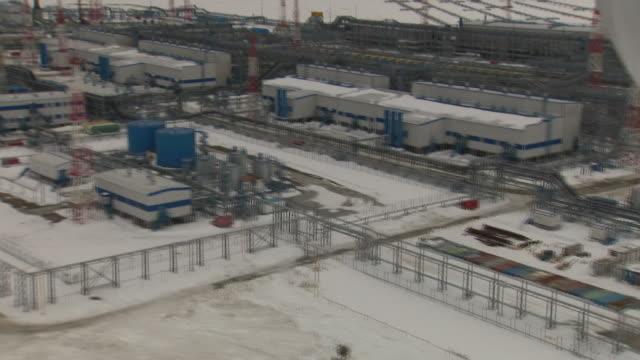 vídeos y material grabado en eventos de stock de aerial shots of bovanenkova gas field from a window in yamal peninsula on 30 may 2019 in russia - península