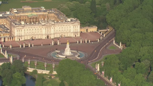 aerial shots of buckingham palace and st james's park on the first day of us president donald trump state visit to the uk on 03 june 2019 in london... - バッキンガム宮殿点の映像素材/bロール