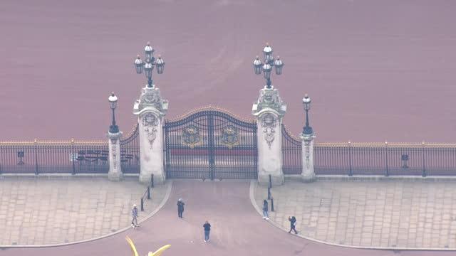 aerial shots of buckingham palace on the 8th march 2021 in london, england - 王室点の映像素材/bロール