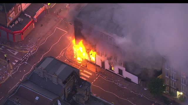 aerial shots of buildings on fire in croydon during the london riots on august 6, 2011 in london, england. - ロンドン クロイドン点の映像素材/bロール