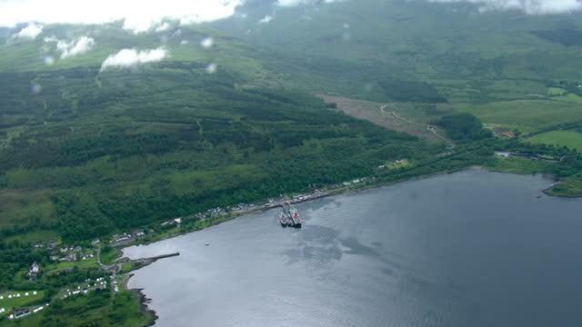 vídeos de stock e filmes b-roll de aerial shots of caledonian macbrayne car passenger ferry sailing into craignure bay on june 9 2014 in isle of mull scotland - ilha mull