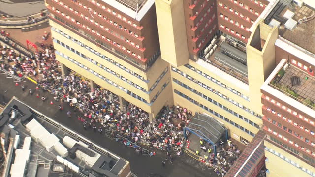aerial shots of crowds and media crews outside the lindo wing of st mary's hospital waiting for the duke and duchess of cambridge to leave hospital... - 0 11 mesi video stock e b–roll