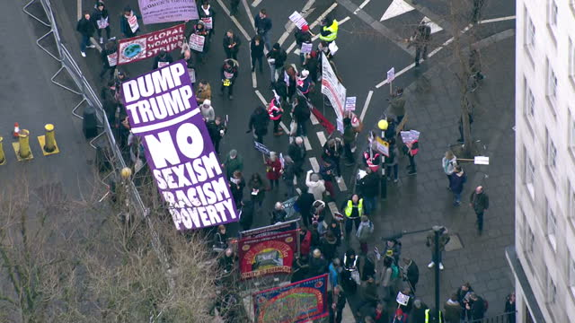 aerial shots of crowds of protesters gathered outside the us embassy in london during a demonstration against the socalled 'muslim ban' travel... - ausschluss stock-videos und b-roll-filmmaterial