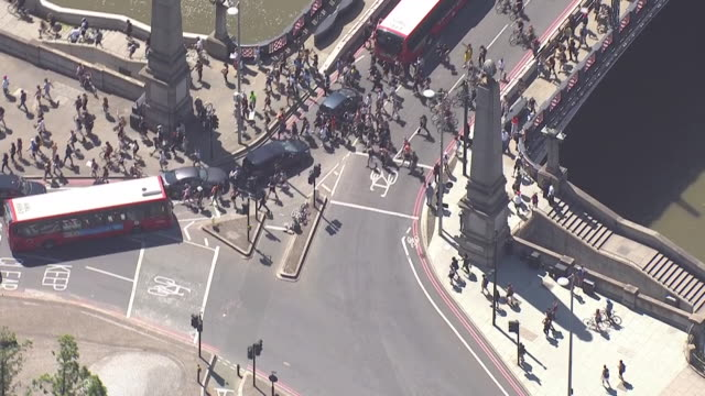 vidéos et rushes de aerial shots of crowds of protesters in a black lives matter march over lambeth bridge after the death in the us of george floyd on 31 may 2020 in... - lambeth