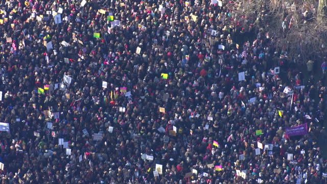 aerial shots of crowds of women taking part in a women's march as part of an international campaign on the first full day of donald trump's... - soziale gerechtigkeit stock-videos und b-roll-filmmaterial