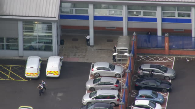 aerial shots of croydon police station after the fatal shooting of sergeant matt ratana on 25 september 2020 in croydon, united kingdom - 銃犯罪点の映像素材/bロール