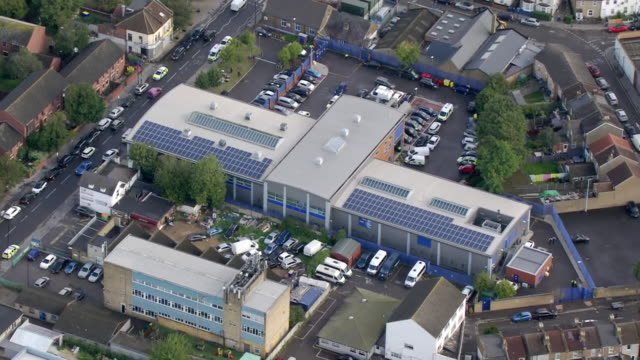 aerial shots of croydon police station after the fatal shooting of sergeant matt ratana with police and forensic officers outside on 25 september... - 銃犯罪点の映像素材/bロール