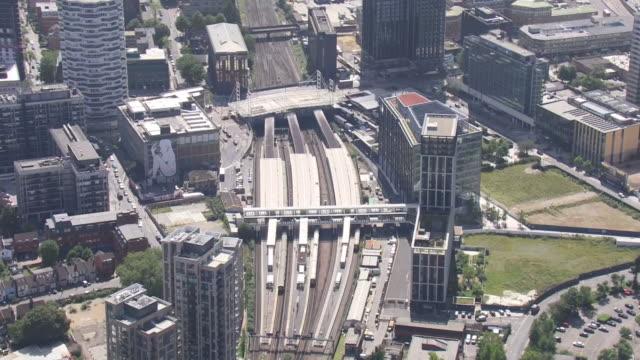 vídeos de stock e filmes b-roll de aerial shots of croydon train station and surrounding buildings on 23 august 2019 in london, united kingdom. - croydon inglaterra