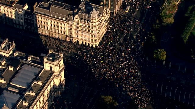aerial shots of demonstrators on westminster bridge and houses of parliament taking part in antibrexit march calling for a people's vote on october... - stimmabgabe stock-videos und b-roll-filmmaterial