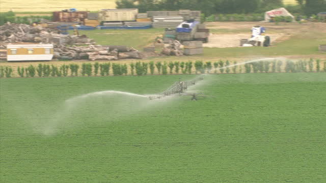 aerial shots of fields being irrigated by sprinklers on farmland in suffolk suffolk farmland irrigation aerials at suffolk on june 02 2011 in east... - 1 minuto e più video stock e b–roll