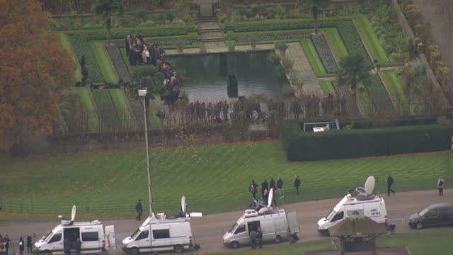 aerial shots of kensington palace showing a line of satellite trucks parked outside and media gathered in the gardens awaiting a photocall by prince... - kensington palace video stock e b–roll