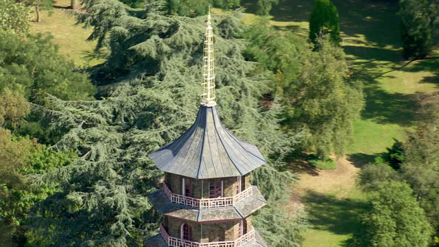 aerial shots of kew gardens pagoda on september 13, 2016 in london, england. - キュー点の映像素材/bロール