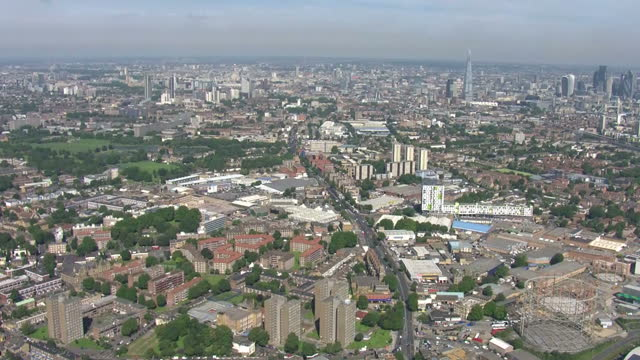 vídeos de stock e filmes b-roll de aerial shots of ledbury estate towers with police and gas workers at cordoned off scene, pan of building after evacuation of residents. inspectors... - peckham