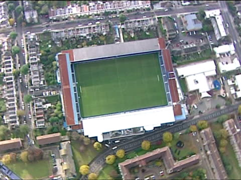 vídeos de stock, filmes e b-roll de aerial shots of loftus road stadium home of queen park rangers football club with club badge on one of the stands of ground. qpr loftus road aerials... - liga esportiva