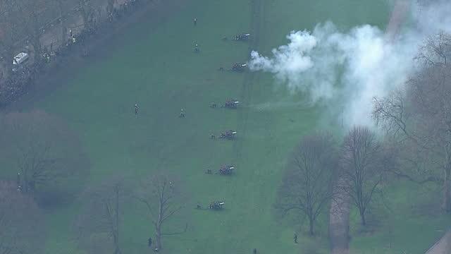 vídeos de stock, filmes e b-roll de aerial shots of members of the king's troop royal horse artillery firing a 41 gun salute in green park to mark the queen's sapphire jubilee>> on... - parque green