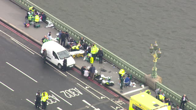aerial shots of paramedics tending to casualties on westminster bridge in the aftermath of a terror attack on westminster on march 22 2017 in london... - terrorism bildbanksvideor och videomaterial från bakom kulisserna