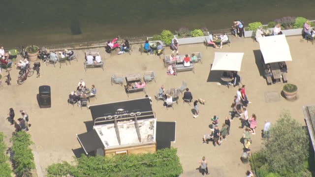 aerial shots of people sunbathing, having picnics and enjoying the bank holiday sun in various london parks on the 29th may 2021 in london, england - public park stock videos & royalty-free footage