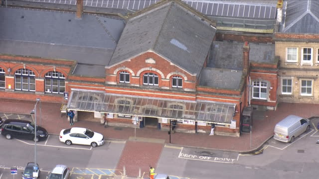 vídeos y material grabado en eventos de stock de aerial shots of salisbury train station and the surrounding areas on 14th march 2018 in salisbury united kingdom - rodear