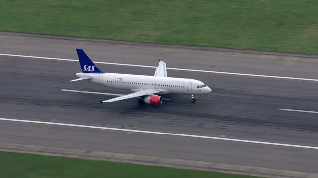 aerial shots of sas scandinavian airlines plane taking off on london heathrow airport runway on december 10 2015 in london england - special forces stock videos & royalty-free footage