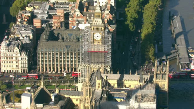 stockvideo's en b-roll-footage met aerial shots of scaffolding surrounding parts of the houses of parliament during restoration works on october 27 2017 in london england - steiger bouwapparatuur