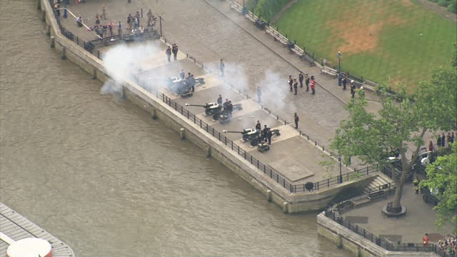 stockvideo's en b-roll-footage met aerial shots of soldiers from the honourable artillery company taking part in a 62 gun salute at the tower of london in celebration of the birth of... - salueren