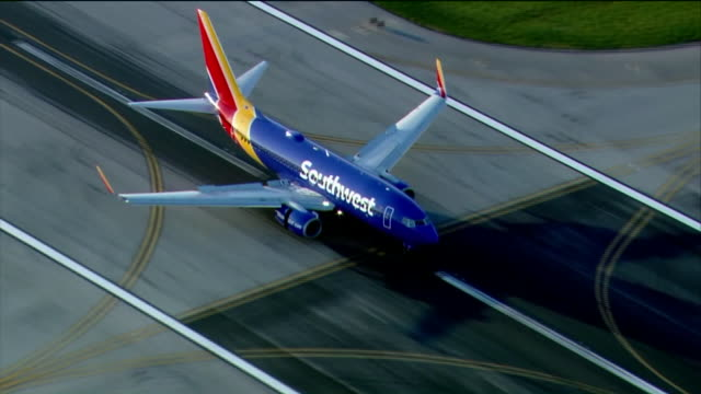 vidéos et rushes de wgn aerial shots of southwest airplanes landing at midway airport in chicago on oct 2 2017 - sud ouest américain