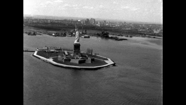 vidéos et rushes de aerial shots of statue of liberty; 1961 - symbole