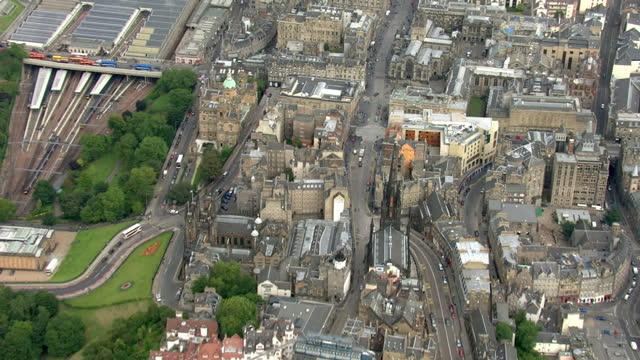 aerial shots of the high street known famously as the royal mile in edinburgh holyrood parliament building edinburgh royal mile holyrood aerials on... - holyrood bildbanksvideor och videomaterial från bakom kulisserna