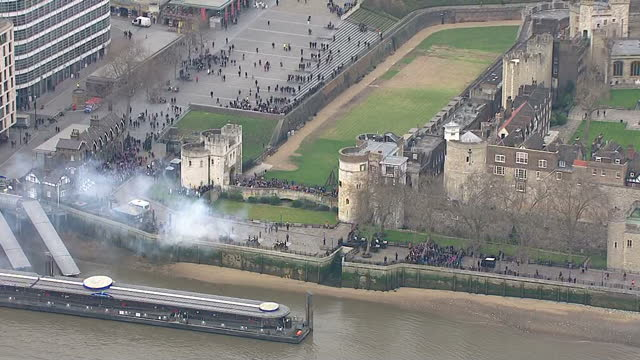 aerial shots of the honourable artillery company firing a 62-gun salute at the tower of london to mark the queen's sapphire jubilee.>> on february... - 敬礼点の映像素材/bロール