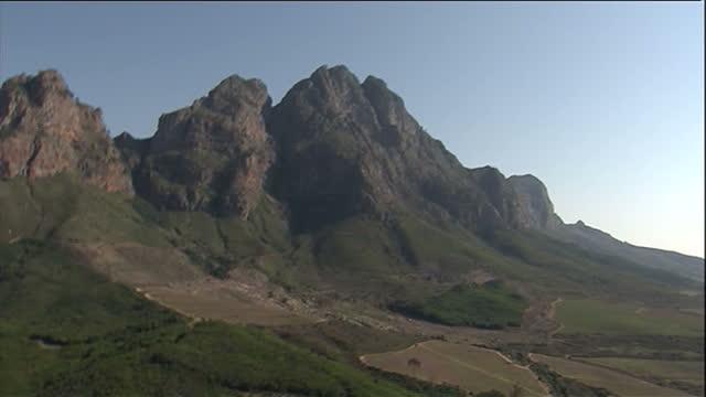 vídeos y material grabado en eventos de stock de aerial shots of the hottentotsholland mountains on july 5 2010 in the western cape south africa - cabo winelands