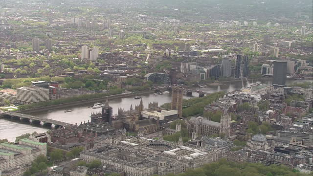 vidéos et rushes de aerial shots of the houses of parliament and river thames on the day of the state opening of parliament on 11 may 2021 in london, united kingdom - bâtiment du parlement