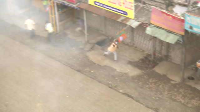 aerial shots of the police officials releasing tear gas and using water cannons to control the protesting members of the youth wing of bharatiya... - 放水砲点の映像素材/bロール