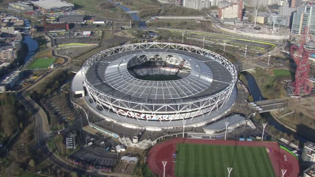 aerial shots of the queen elizabeth olympic park circling around the london stadium and showing west ham united football club branding on the... - ロンドン オリンピックパーク点の映像素材/bロール