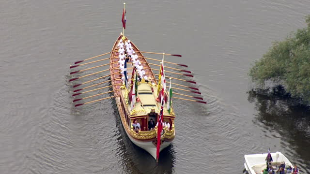 vídeos de stock e filmes b-roll de aerial shots of the queen's row barge gloriana rowing along the river thames during a flotilla celebrating the 800th anniversary of the sealing of... - magna carta documento histórico