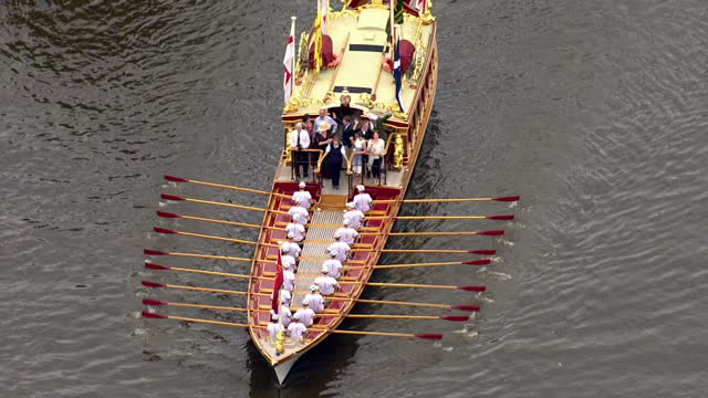 vídeos de stock e filmes b-roll de aerial shots of the queen's row barge gloriana rowing along the river thames towards runnymede during a flotilla celebrating the 800th anniversary of... - magna carta documento histórico