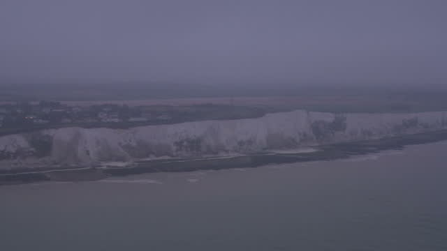 vídeos y material grabado en eventos de stock de aerial shots of the white cliffs of dover and coastline, fog and grey skies at dusk on march 29, 2017 in dover, england. - canal de la mancha