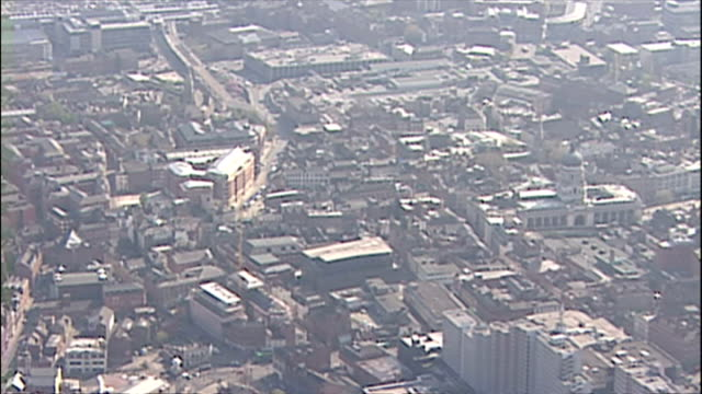 aerial shots panning over nottingham area residential houses and buildings. ** note this clip has no audio ** on july 21, 2005 in nottingham, england. - ゴールを狙う点の映像素材/bロール