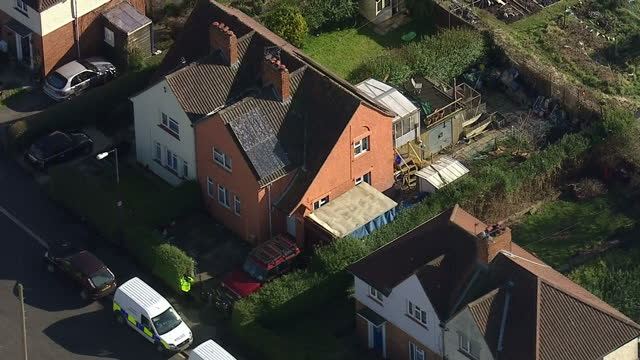 stockvideo's en b-roll-footage met aerial shots police outside houses in bristol in search for missing girl becky watts on march 02 2015 in bristol england - vermiste personen