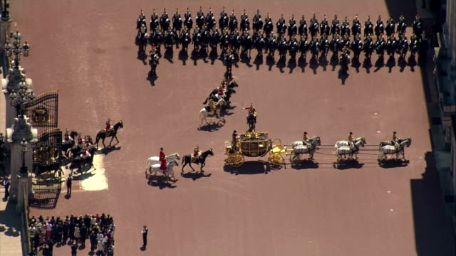 aerial shots queen's carriage procession arriving at buckingham palace after state opening of the parliament on may 27, 2015 in london, england. - the queen's speech state opening of uk parliament stock videos & royalty-free footage