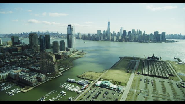 aerial side pov downtown manhattan skyline from jersey city - ジャージーシティ点の映像素材/bロール