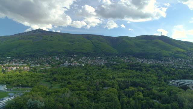 aerial seitlich panning dolly schuss von vitosha berg in sofia, bulgarien - seitenansicht stock-videos und b-roll-filmmaterial