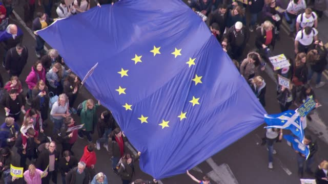 stockvideo's en b-roll-footage met aerial signs being held at anti brexit put it to the people people's vote protest march - brexit