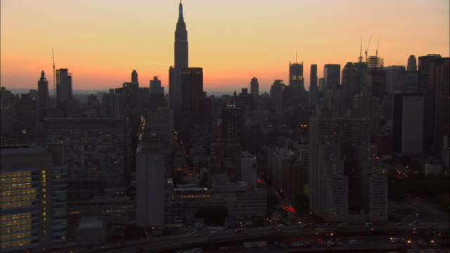 stockvideo's en b-roll-footage met aerial ws silhouetted buildings in midtown east side including empire state building, chrysler building, metlife building, and helmsley building / manhattan, new york, new york, usa - metlife building
