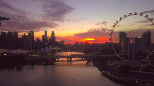 stockvideo's en b-roll-footage met luchtfoto singapore skyline in de schemering - uitzoomen