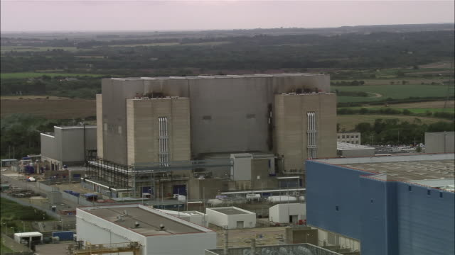 stockvideo's en b-roll-footage met aerial sizewell b nuclear power station on east anglian coast / suffolk, england - kernreactor