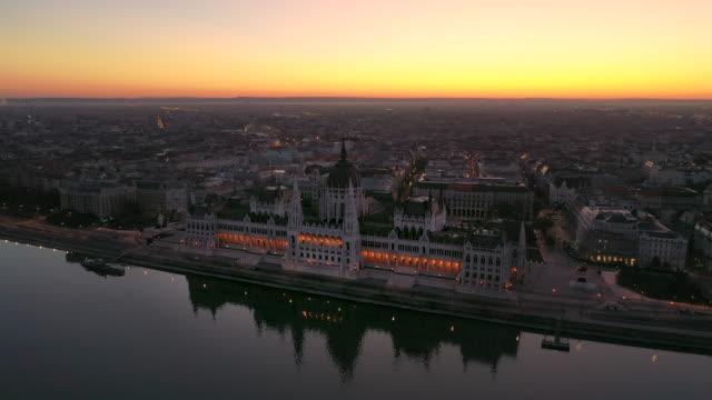 vídeos de stock e filmes b-roll de aerial skyline drone view sunrise scene of the parliament of hungary, budapest, hungary - budapest