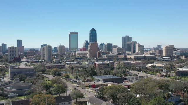 aerial skyline of downtown jacksonville, florida - jacksonville florida video stock e b–roll