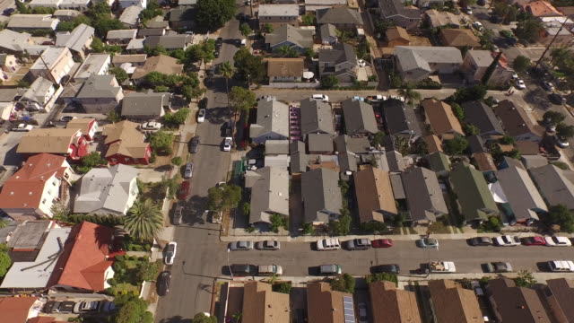 vídeos de stock, filmes e b-roll de vista aérea câmera inclinada para cima mais de long beach, califórnia bairro - hollywood califórnia